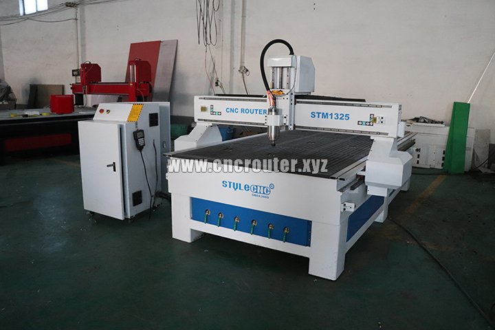 CNC wood router with vacuum table